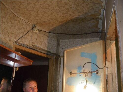 Фото 15. Временная точка освещения, установленная заказчиком самостоятельно до прибытия электрика аварийной службы, подключена через систему удлинителей.