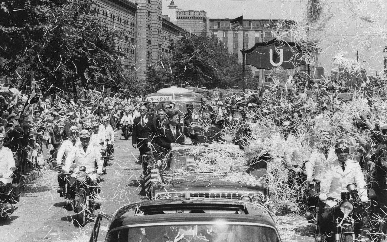 23 июня 1963. После короткой встречи с федеральным канцлером Аденауэром, президент осмотрел Кельн