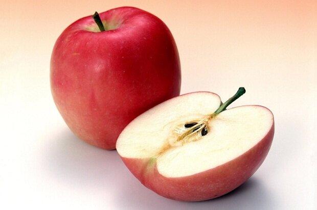 Как разделить яблоко на равные части без ножа?