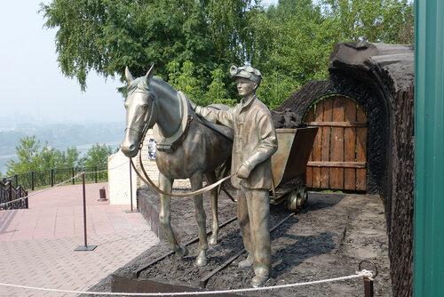 Памятник коногону в музее Красная Горка в Кемерово фото