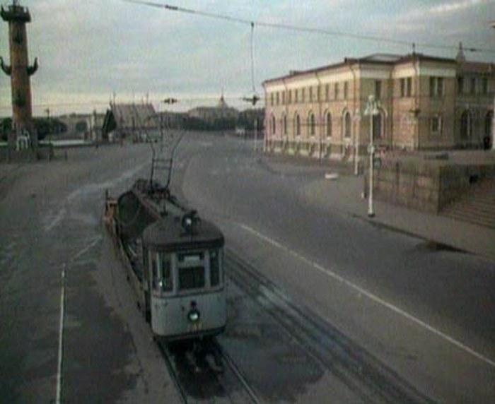 41. В следующее мгновение трамвай со львом чудным образом оказывается на Стрелке В.О. Это надо умудр