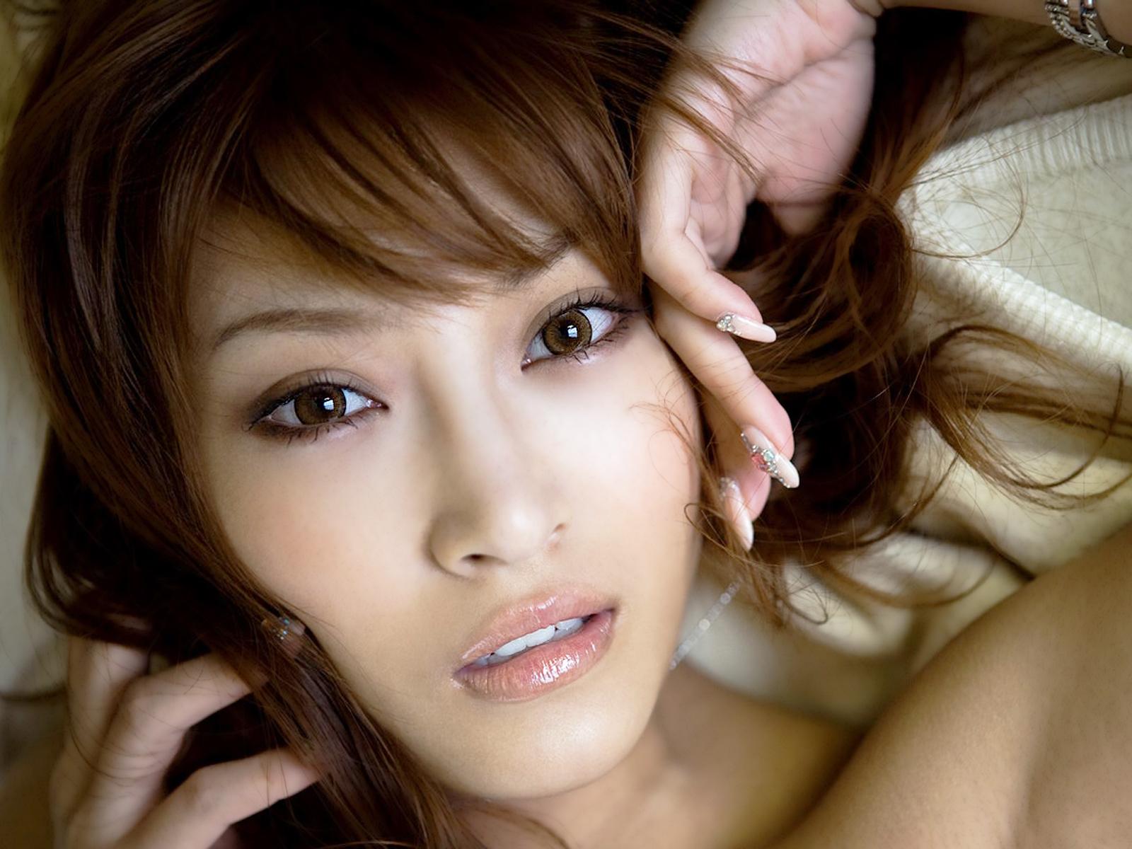 Японочка сосет молоденький 8 фотография