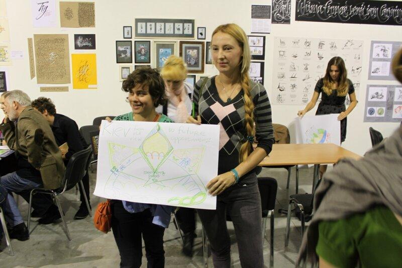 Посетители художественного класса показывают свой рисунок