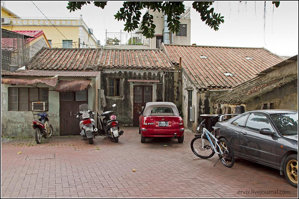 Здесь причудливым образом сочетается португальская архитектура с местной строительной спецификой, что не может не вызвать некоторого умиления, а визуально с другими частями города Колоан связывают лишь уличные вывески. Как и во всем городе, местные тут предпочитают передвигаться на мопедах, потому что в эти микродворики по-другому и не заехать.