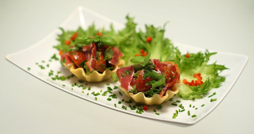 Салат на тарталетках с