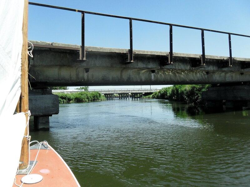 На яхте, у моста