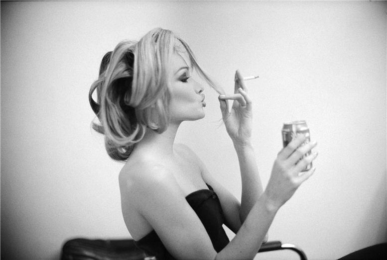 smoking Carla Bruni / Карла Бруни с сигаретой