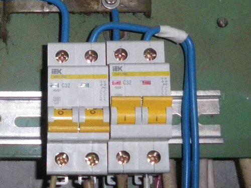 Фото 7. Номинал вводных автоматических выключателей в этажном щите не характерен для квартир с электроплитами.
