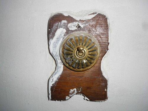 Фото 2. Старинный стационарный рычажковый выключатель (в виде тумблера) на основании из массива бука. Нарушение технологии при проведении малярных работ.