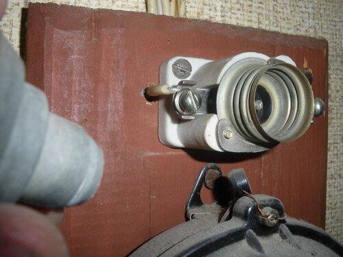 Фото 3. При извлечении предохранителя автоматического резьбового (ПАР) из патрона (основания) от цоколя ПАР отделилась и осталась в патроне резьбовая часть.