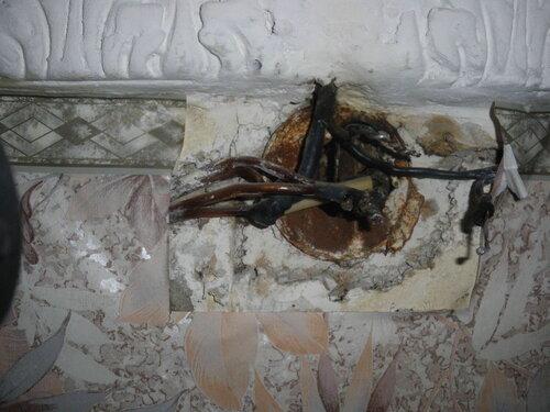 Фото 1. Распределительная коробка комнаты. Крышка снята. В результате подгорания скруток алюминиевых и медных проводов электроснабжение комнаты прекратилось.
