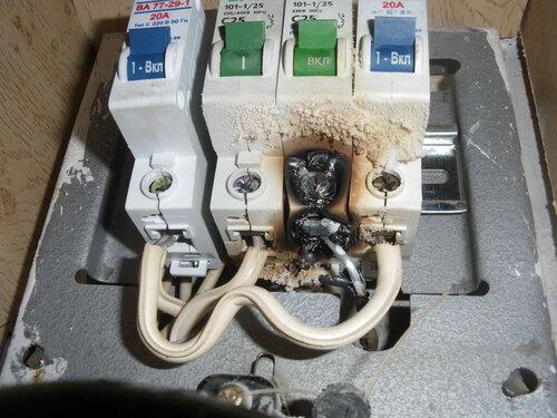 Фото 3. Оплавленные автоматические выключатели. Крупный план. В результате оплавления третьего автомата повреждения получили также второй и четвёртый автоматы.