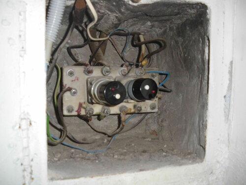 Фото 1. Установка предохранителя автоматического резьбового номиналом 25 А (ПАР-25) в этажном щите справа.