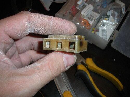 Фото 14. Оплавленный советский клеммник. Вид со стороны подключения стационарной проводки.
