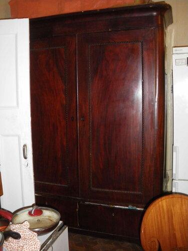 Фото 23. Старинный шкаф, за которым находится двухклавишный выключатель люстры.