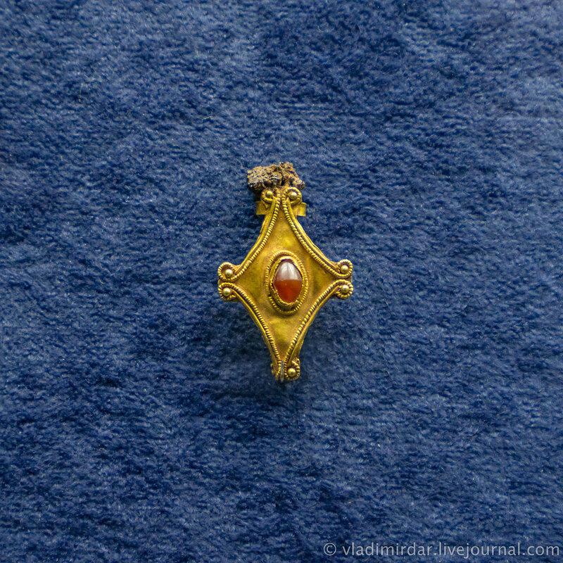 Фибула. Золото, сердолик, железо. II в. до н.э. Станица Раздольная, 1980, раскопки А.А. Нехаева.