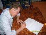 Геннадий Балахнин оставляет запись в книге отзывов музей космонавтики г.Байконур