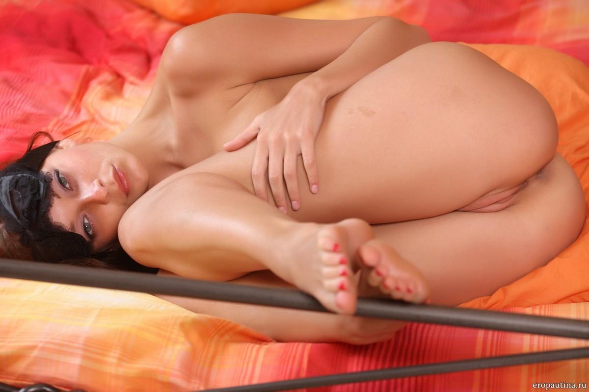 рыжая голая девушка в постели