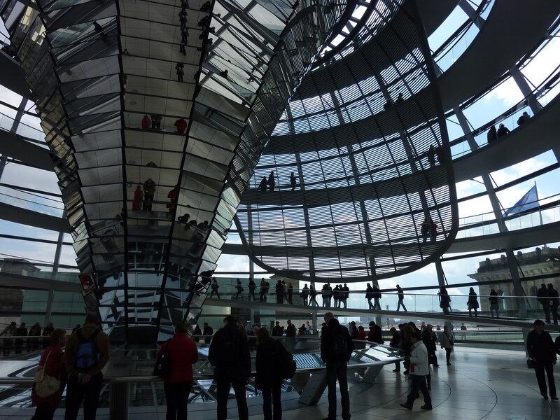В нижней части купола Рейхстага