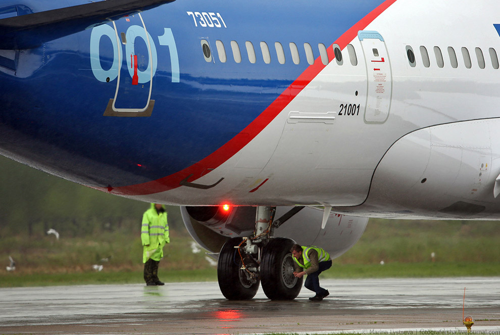 5. Самолет развернулся и покатил обратно к ангару.