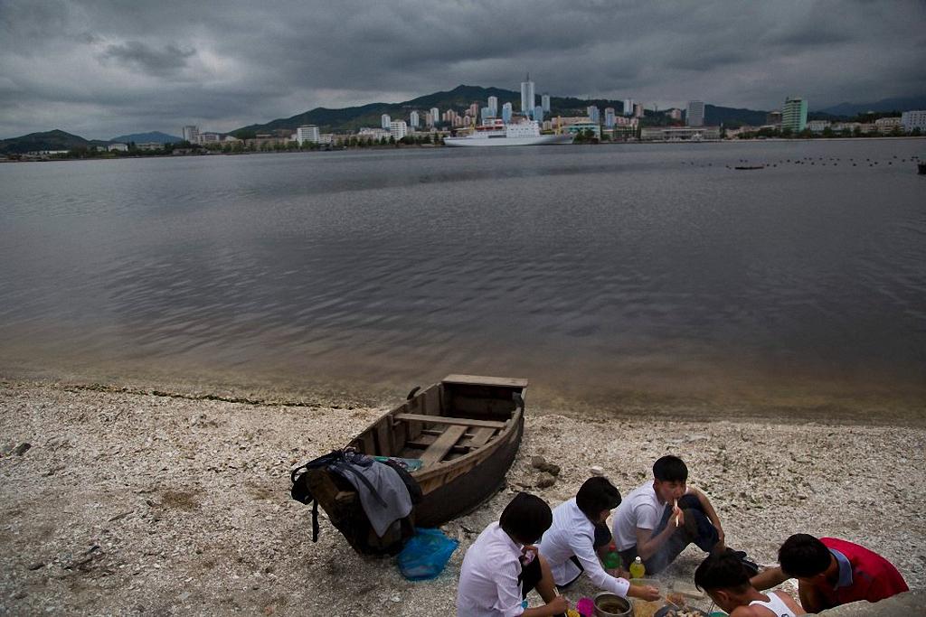 5. Группа молодых корейцев во время пикника на пляже возле города Вонсан. (Фото: AP Photo / David Gu