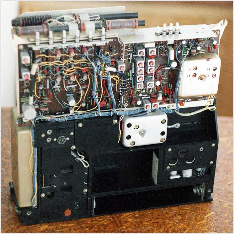 Первый отечественный переносной транзисторный радиоприёмник высшего класса - ''Ленинград-002''обеспечивает высоко...