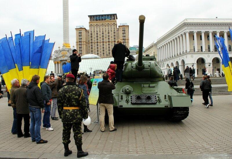 Посетители на танке Т-34