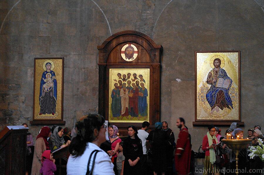 Женский хор и современные иконы на северной стене Светицховели