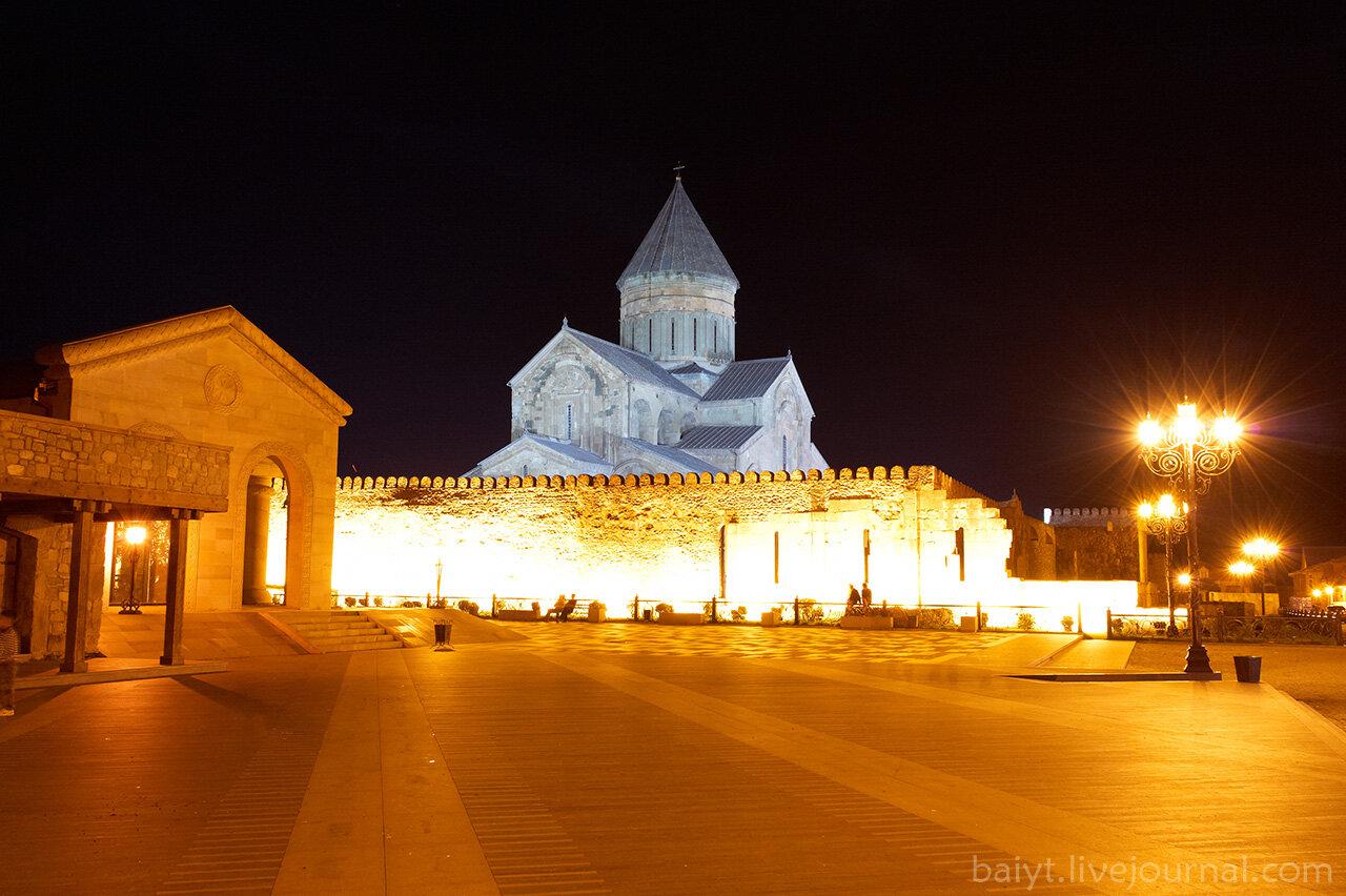 Ночной вид на Светицховели с центральной площади Мцхеты
