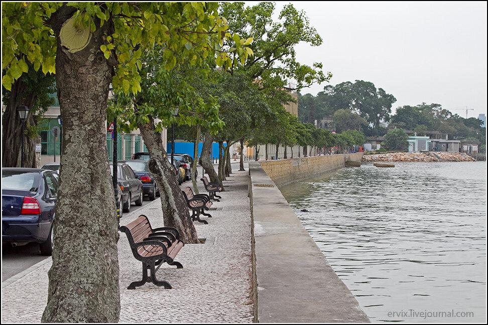 Тут находится очень тихая и приятная набережная, которая расположена настолько удачно, что на ней практически никогда не бывает ветра, а с удобных лавочек можно любоваться на китайский берег, до которого отсюда менее километра.