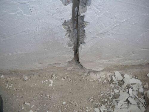 Фото 11. Кабель, удлинявший стационарную проводку электроплиты, ранее уходил под плинтус.