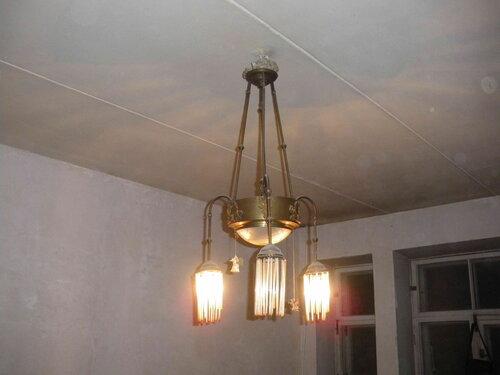 Фото 6. Старинная люстра, установленная на относительно современный потолок (дом подвергся позднесоветскому капремонту в 1980-х гг.).