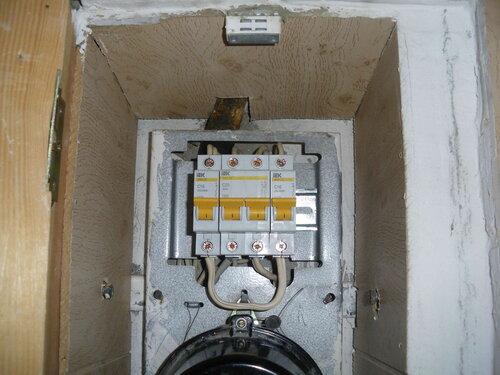 Фото 7. Новые автоматические выключатели, установленные взамен повреждённых. Крупный план.
