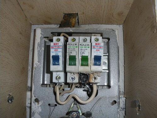 Фото 2. Оплавленные автоматические выключатели. Больше других повреждён третий автомат, который по сути является правой частью некорректно установленного общего автомата квартиры.