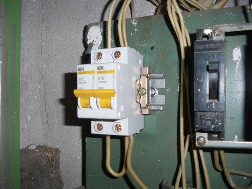 Фото 11. Установка на DIN-рейку ограничителей, препятствующих боковому смещению автоматических выключателей. Вид сбоку.