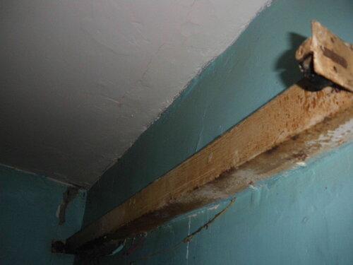 Фото 3. Люминесцентный светильник ванной комнаты. Лампа демонтирована, можно приступать к демонтажу корпуса светильника.