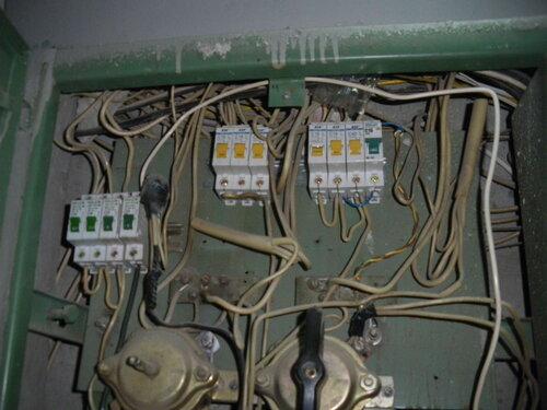 Фото 1. В результате короткого замыкания в квартирной проводке сработал автоматический выключатель (первый на правой линейке).