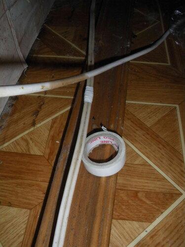Фото 19. Изоляционная лента обезопасила проблемные места условно-стационарной проводки.
