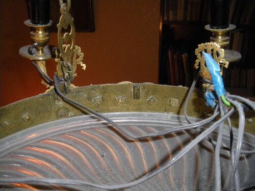 Фото 7. Неаккуратная скрутка собственной проводки люстры. Чёрные провода абсолютно не соответствуют стилистике люстры.