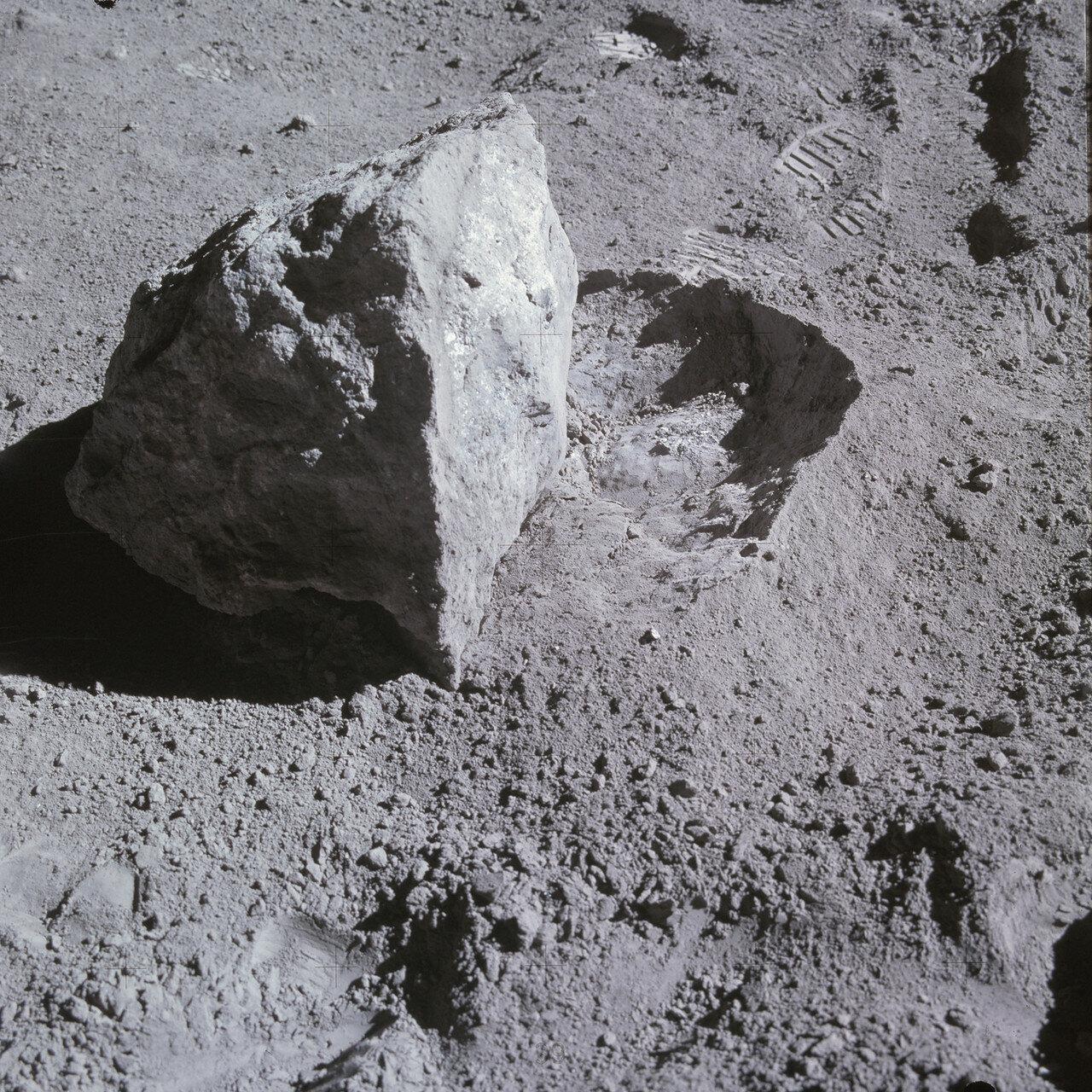 Янг в одиночку перевернул валун, Дьюк совком зачерпнул реголит из углубления, которое камень оставил в грунте. На снимке: Валун после того, как Янг его перевернул
