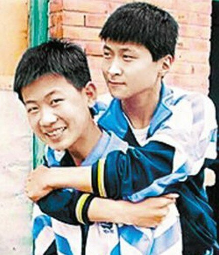 Китайский школьник 8 лет носил на себе друга-инвалида