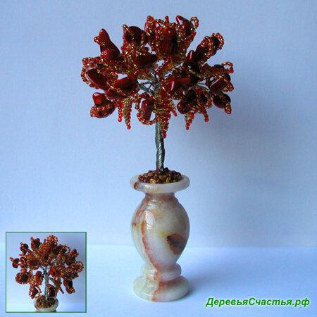 Красоту 32 камней красного коралла подчеркивают листья из красного и... Дерево из натурального красного коралла...