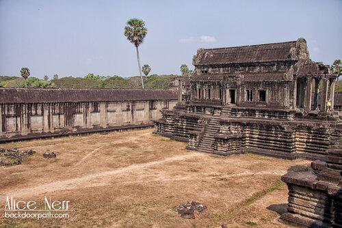 на территории Ангкор вата