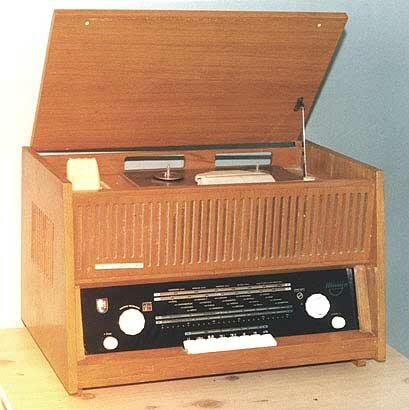 """Магнитола  """"Миния-2 """".  Модель 1963 года.  Каунасский радиозавод."""