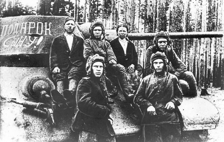 12-Подарок сыну - экипаж танка, построенного на средства семьи Ширмановых - 1943 год.jpg
