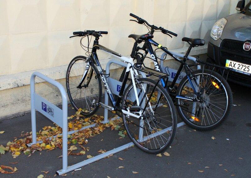 Припаркованные велосипеды на новой велопарковке
