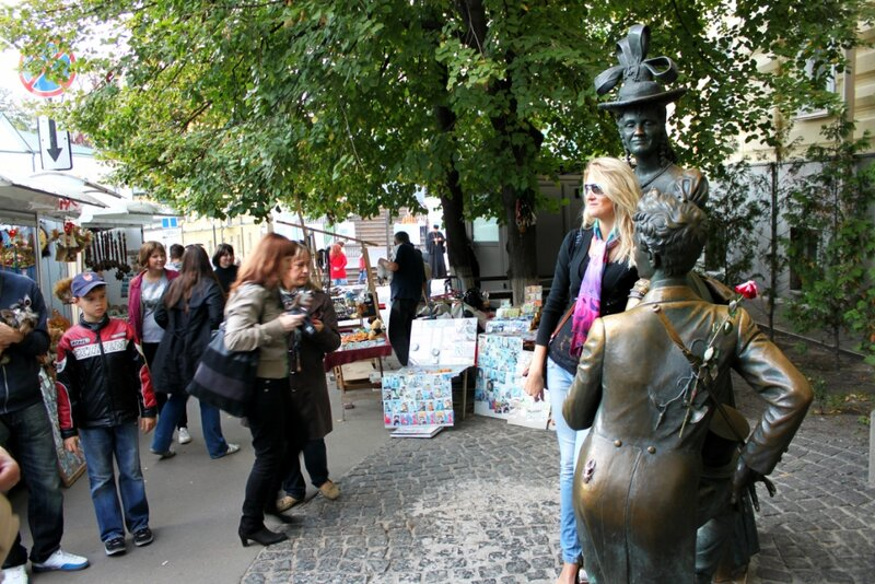 Туристы возле памятника Проне и Голохвастову