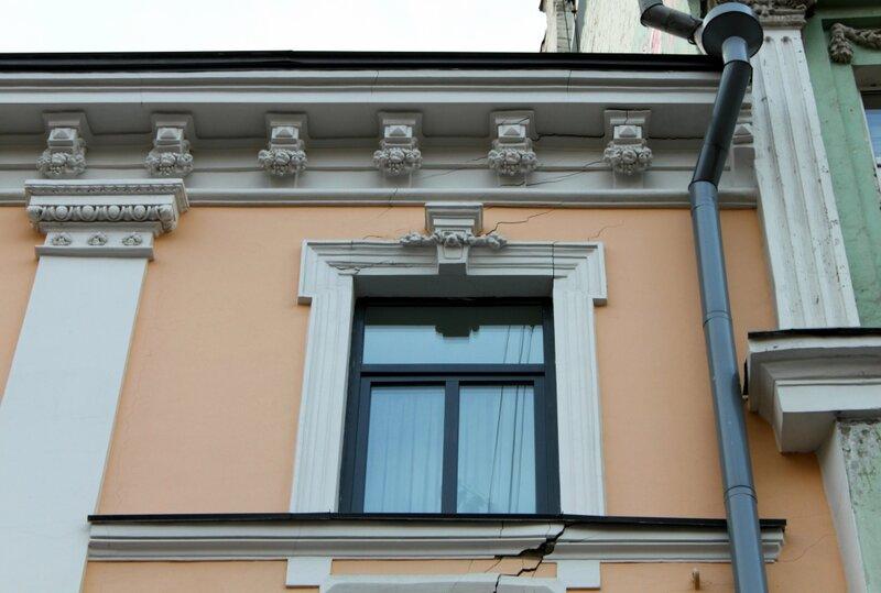 Дом на Крещатике дал трещины