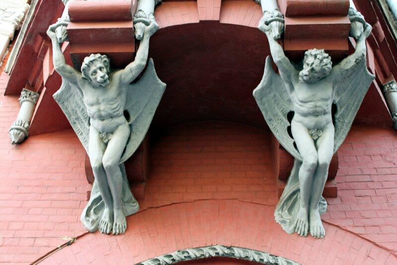 Мифологические фигуры на Доме барона Штайнгеля
