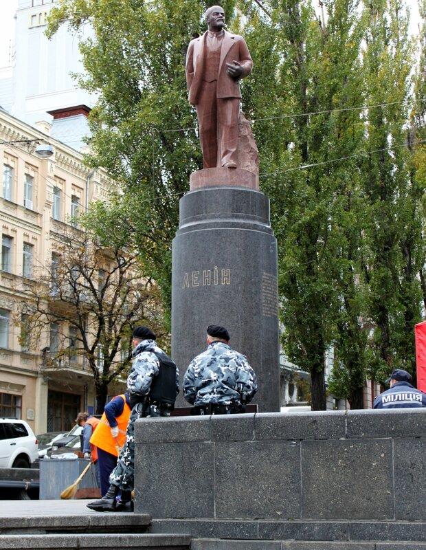 Охранники под памятником Ленину